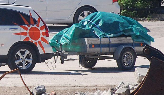 Privatkunde mit Anhänger bringt seinen Müll zur Finkel GmbH