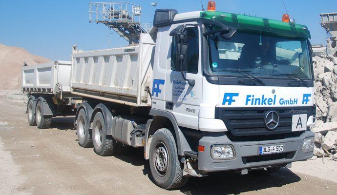 LKW mit zwei Anhängern der Finkel GmbH